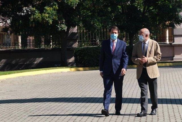 Mañueco e Igea se dirigen a la rueda de prensa para hacer un balance del ecuador de la legislatura