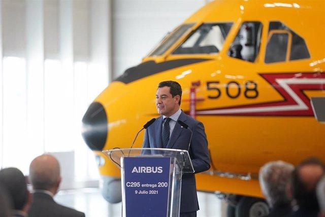 El presidente de la Junta de Andalucía, Juanma Moreno, este viernes, considera al sector aeroespacial y el mantenimiento de su empleo esenciales para salir reforzados de la crisis