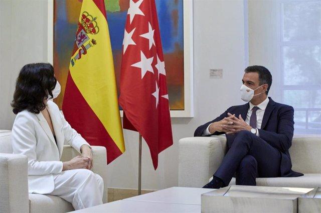 El presidente del Gobierno, Pedro Sánchez, durante una reunión con la presidenta de la Comunidad de Madrid, Isabel Díaz Ayuso, a 9 de julio de 2021, en el Palacio de la Moncloa
