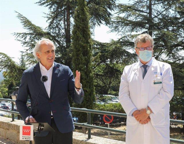 El consejero de Sanidad de la Comunidad de Madrid, Enrique Ruiz Escudero, junto al director gerente del Hospital de El Escorial, Juan Pablo García Capelo