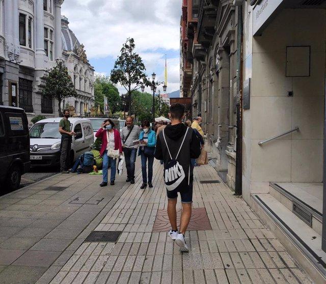 Personas con mascarilla en las calles de Oviedo y terrazas de hostelería.