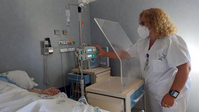 La enfermera de la unidad prepara la administración de la dosis.