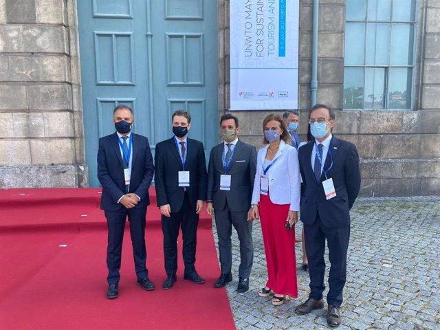 El viceconsejero de Turismo, Alejandro Cardenete, -tercero en la imagen-, en Oporto durante un Foro de Alcaldes de la Organización Mundial del Turismo.