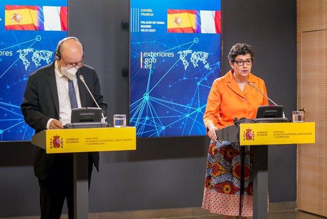 La ministra de Asuntos Exteriores, Unión Europea y Cooperación, Arancha González Laya (d), durante una rueda de prensa junto a su homólogo francés, Yves Le Drian (i), en el Palacio de Viana, a 9 de julio de 2021, en Madrid (España). La reunión entre los t