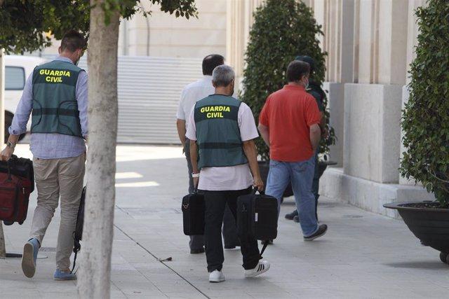 Archivo - Agentes de la Guardia Civil se dirigen para su registro a la sede de la Autoridad Portuaria de Baleares (APB) en Palma de Mallorca, Islas Baleares (España), a 24 de julio de 2020.
