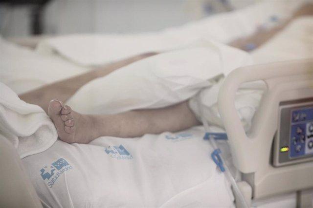 Archivo - Pie de un enfermo en una cama de la UCI del Hospital de Emergencias Isabel Zendal, Madrid (España), en una imagen de archivo