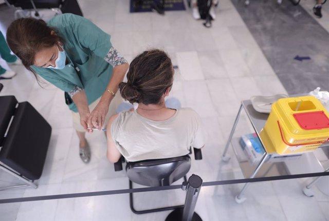 Una estudiante del próximo Erasmus recibe la vacuna contra el Covid-19 en el dispositivo puesto en marcha en el Colegio Oficial de Médicos de Madrid, a 7 de julio de 2021, en Madrid, (España). Los estudiantes han recibido dosis de Pfizer, Astrazeneca y Ja