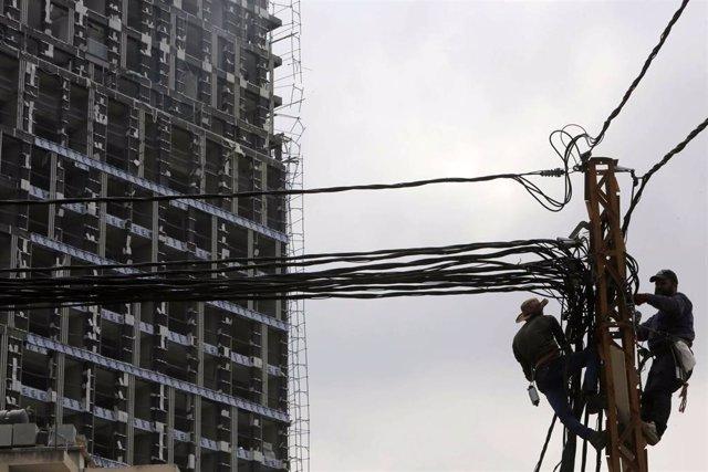 Archivo - Suministro eléctrico en Líbano