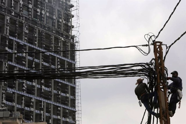 Archivo - 07 September 2020, Lebanon, Beirut: Lebanese workers repair a power line which was disrupted by Beirut's port explosion that rocked the Lebanese capital on Tuesday. Photo: Marwan Bou Haidar/APA Images via ZUMA Wire/dpa
