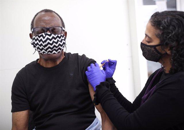 Archivo - Vacunación contra la COVID-19 en la capital británica, Londres.