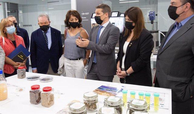 La consellera de Recerca i Universitats de la Generalitat, Gemma Geis, inaugura un centre de la UVic amb altres autoritats