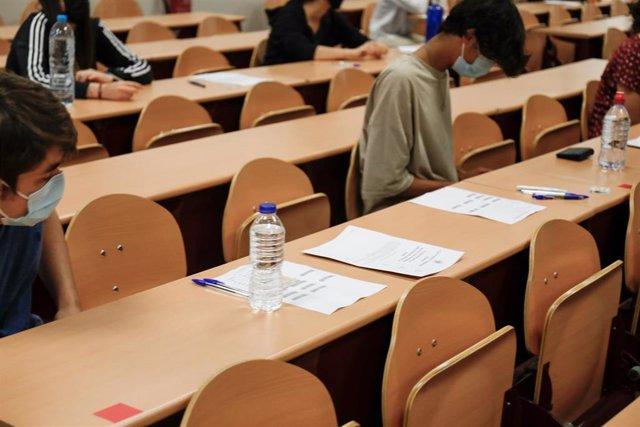 Un grupo de estudiantes durante la convocatoria extraordinaria de la Evaluación del Bachillerato para el Acceso a la Universidad (EBAU), a 6 de julio de 2021, en Madrid, (España). Un total de 6.213 alumnos se presentan a partir de este martes a la convoca
