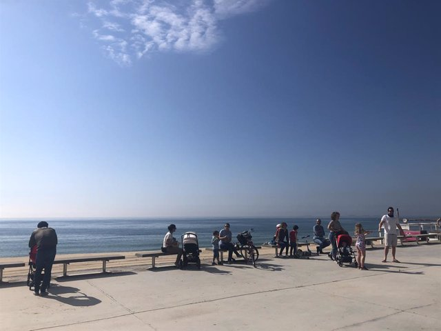 Archivo - Arxiu - Grups de famílies passegen prop d'una platja de Barcelona