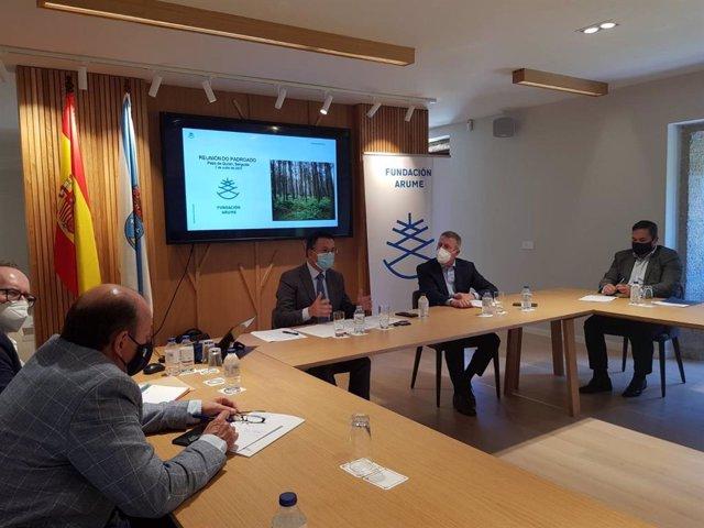 Reunión del conselleiro de Medio Rural, José González, con la Fundación Arume
