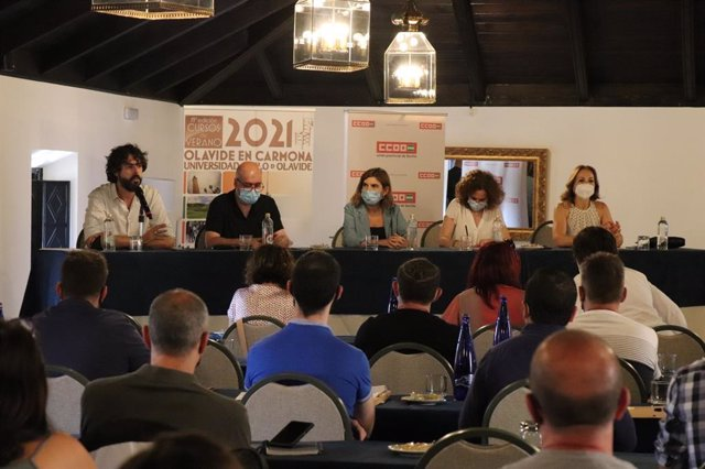 Mesa de claurusa del seminario 'Cambios en el mundo del trabajo. Negociando el nuevo contrato social', en los Cursos de Verano de la UPO en Carmona (Sevilla)