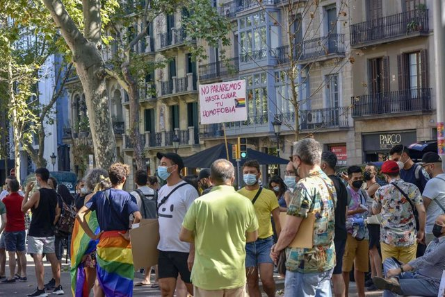 Concentración contra las agresiones LGTBIfóbicas en Jardinets de Gràcia de Barcelona, el 9 de julio.