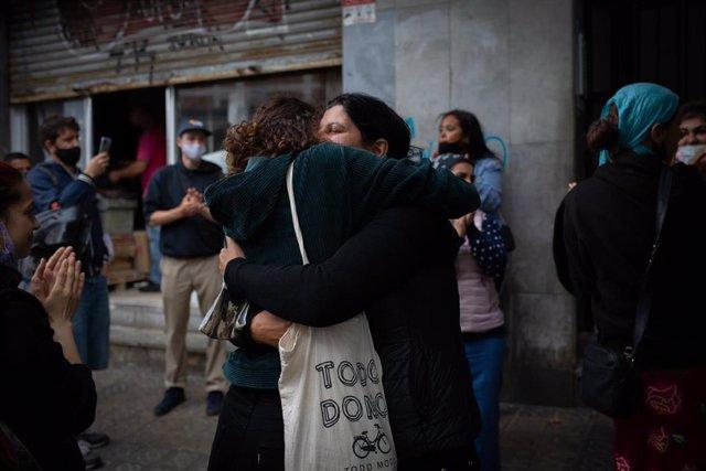 Archivo - Un miembro de una familia que iba a ser desahuciada en L'Hospitalet de Llobregat, en Barcelona (España).