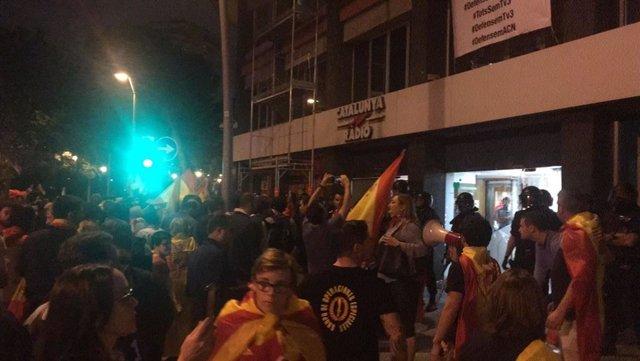 Archivo - Arxiu - Protesta davant Catalunya Ràdio després de proclamar-se la República