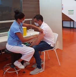 El presidente Pedro Sánchez recibe la segunda dosis de la vacuna contra la Covid.