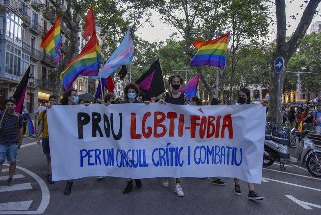 Joves durant la concentració contra agressions LGTB-fòbiques, a 9 de juliol de 2021, a Barcelona.