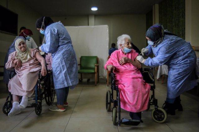 Archivo - 15 February 2021, Lebanon, Beirut: Elderlies receive a dose of Pfizer/BioNTech coronavirus (COVID-19) vaccine at the House of Islamic elderly centre in Beirut. Lebanon gave its first COVID-19 vaccines dose to doctors and elderlies. Photo: Marwan