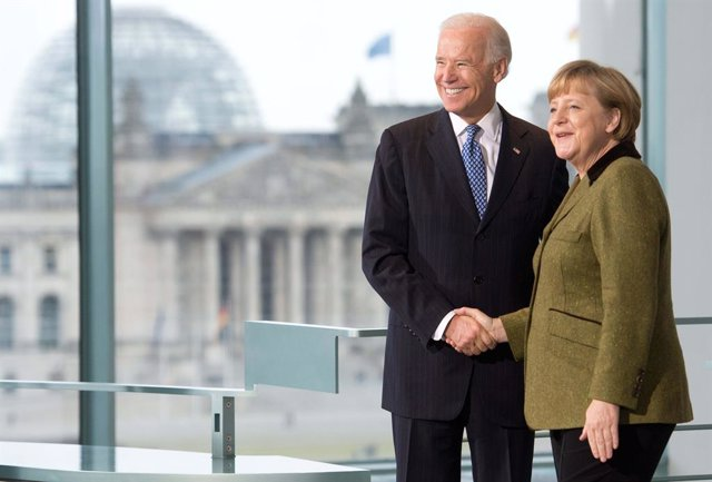 Archivo - FILED - 01 February 2013, Berlin: German Chancellor Angela Merkel (R) shakes hands with then US Vice-President Joe Biden prior to their meeting. Merkel said Berlin's friendship with the US is vital if the problems of these times are to be overco