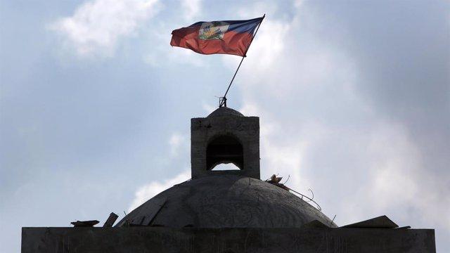 Archivo - Bandera de Haití en una iglesia de Puerto Príncipe
