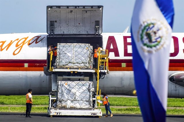 07 July 2021, El Salvador, San Luis Talpa: Workers unload packages containing vials of the Chinese produced CoronaVac COVID-19 vaccine. El Salvador received 1.5 million vaccine doses from China, as an aid to the country's vaccination process. Photo: Camil