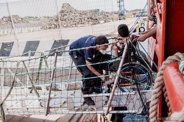 Migrantes a bordo del Ocean Viking son desembarcados en Sicilia (Italia)