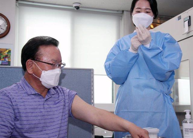 Archivo - 14 May 2021, South Korea, Seoul: South Korean Prime Minister Kim Boo-kyum prepares to receive a coronavirus vaccine at a COVID-19 vaccination center in Seoul. Photo: -/YNA/dpa