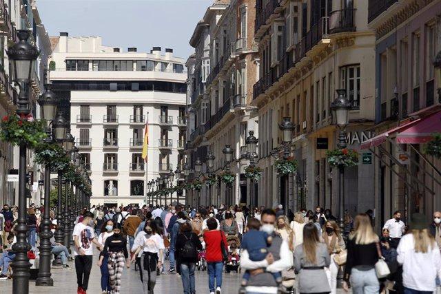 Archivo - Reapertura de la hostelería y la actividad comercial no esencial en Málaga capital tras 10 días de cierre por las restricciones  impuestas por la pandemia del Covid-19, en la imagen calle Larios. Málaga a 13 de febrero 2021