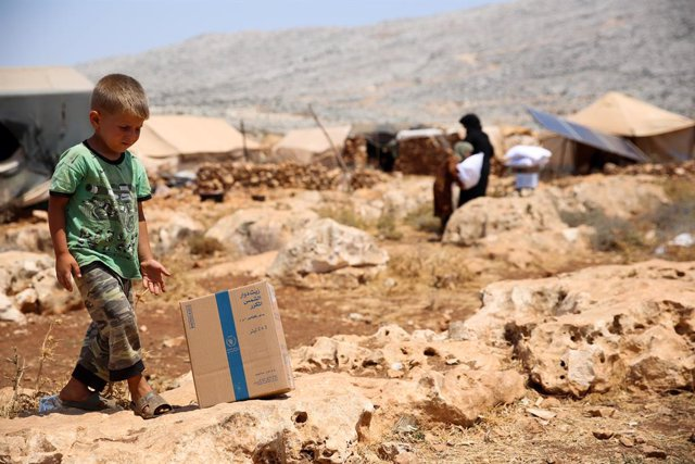 04 July 2021, Syria, Darat Izza: A child walks inside a camp for displaced persons in Darat Izza, northwest of Aleppo. Aid organisations have warned that an enormous humanitarian crisis would face those displaced but also the rest of the population in Syr