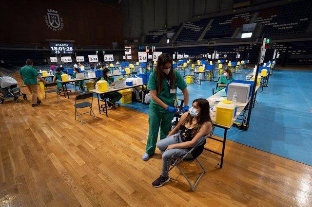 Archivo - Vacunación contra la COVID-19 en el Pabellón Santiago Martín