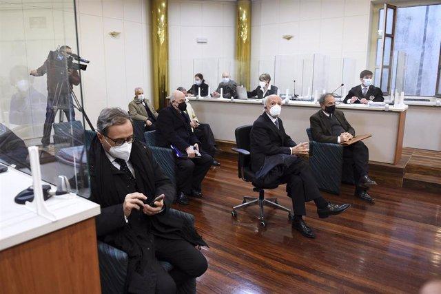 Archivo - El expresidente de Sniace Blas Mezquita (2a fila), y uno de los excomponentes de la dirección de la empresa Manuel Huerta (2d), durante el juicio por los vertidos que realizó su empresa al río Saja-Besaya entre el año 2008 y 2010