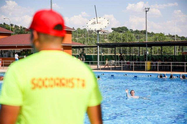Un socorrista en la piscina del Parque Deportivo de Puerta de Hierro