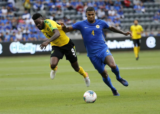 Archivo - 25 June 2019, US, Los Angeles: Curacao's Darryl Lachman (R) and Jamaica's Ricardo Morris battle for the ball during the 2019 CONCACAF Gold Cup group C soccer match between Jamaica and Curacao at Banc of California Stadium. Photo: Ringo Chiu/ZUMA