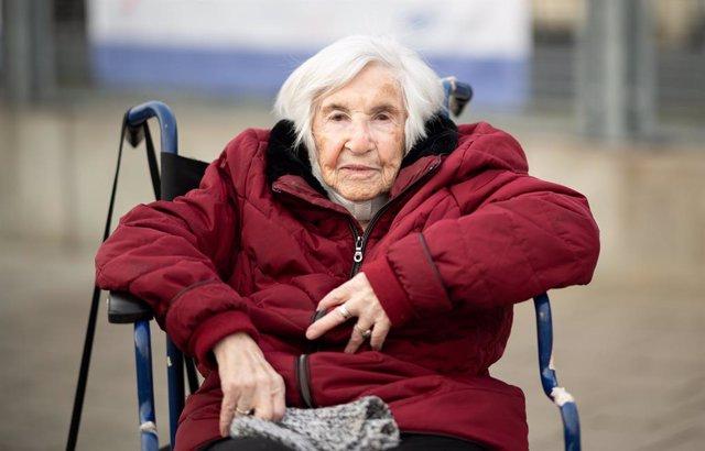 Archivo - 10 January 2021, Hamburg: Holocaust survivor Esther Bejarano sits in a wheelchair in front of the Hamburg Vaccination Center Hamburg where the 96-year-old has been vaccinated against coronavirus. Photo: Daniel Reinhardt/dpa