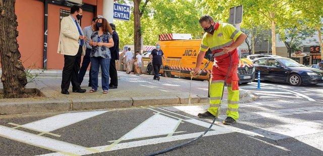 Cabrera visita los trabajos de mejora de señalización vial en Los Bermejales
