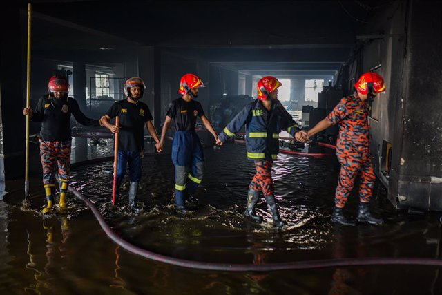 09 July 2021, Bangladesh, Narayanganj: Firefighters inspect the burning factory of Hashem Foods Ltd in Narayanganj. At least 52 people died an dozens were injured after a fire ravaged a food processing factory near the Bangladeshi capital of Dhaka. Photo: