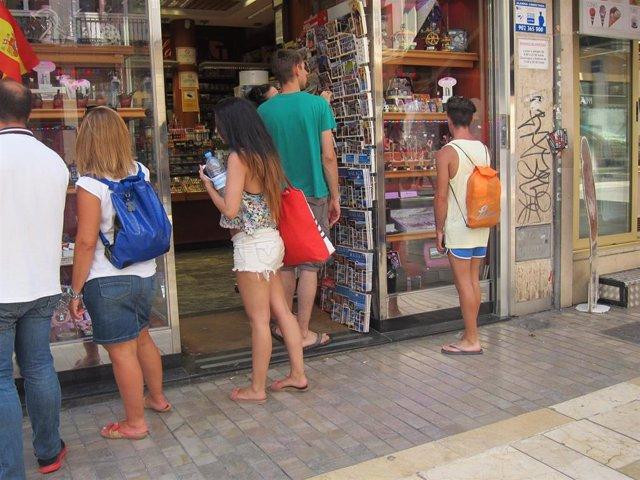 Archivo - Turistas, turismo, Compras, Souvenirs, Postales, Establecimiento