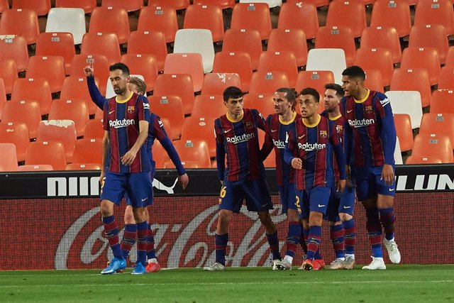 Archivo - Barcelona players celebrates a goal during the La Liga Santander match between Valencia and FC Barcelona at Estadio de Mestalla on 2 May, 2021 in Valencia, Spain
