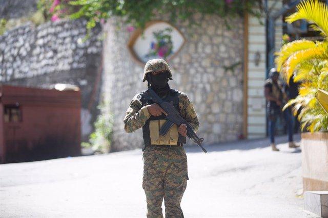 Un soldat enfront de la residència de l'assassinat president haitiano, Jovenel Moise