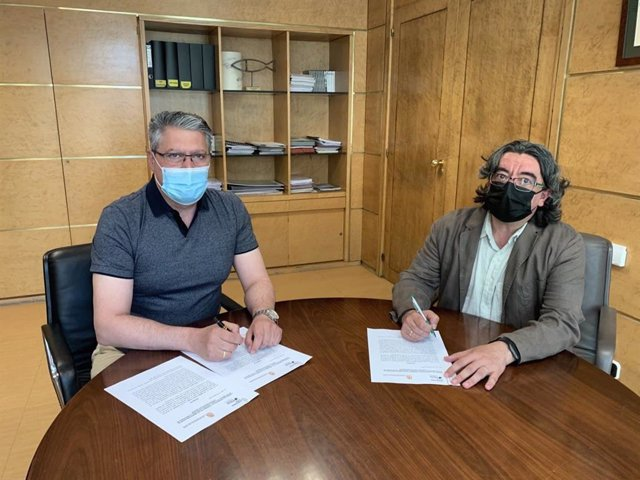 El concejal de Desarrollo Urbano, Luis Miguel García Copete, y Pedro Barrio, gerente de Asociación Asprona, renuevan su convenio de colaboración para la gestión del aceite usado.