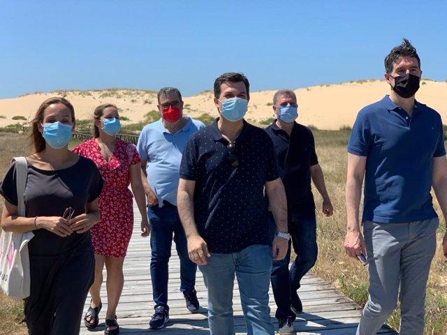 El secratario xeral del PSdeG, Gonzalo Caballero, junto a cargos del partido, vista las dunas de Currubedo, en Ribeira (A Coruña)