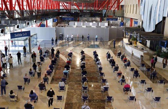 Archivo - Varias personas asisten a la vacunación masiva realiza en el Palacio de Ferias y Congresos de la capital, uno de los puntos más grandes de la comunidad andaluza donde se inoculan más viales a 05 de mayo del 2021 en Málaga. Andalucía