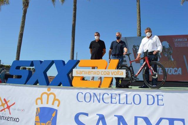 El vicepresidente primero, Alfonso Rueda; el alcalde de Sanxenxo, Telmo Martín González; y el director de 'La Vuelta 21', Javier Guillén presentan la etapa ciclista de Sanxenxo