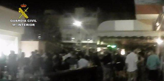 La Guardia Civil disuelve varias aglomeraciones nocturnas con cientos de personas en Fuerteventura