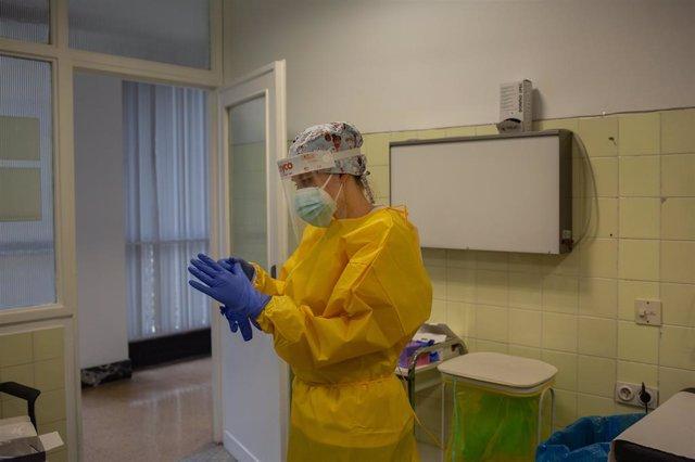 Archivo - Arxivo - Una sanitària es prepara per realitzar test ràpids d'antígens de detecció de coronavirus al Centre d'Atenció Primària CAP Mans, a Barcelona, Catalunya