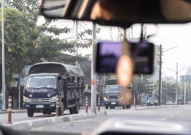 Camiones de la Policía en Rangún, Birmania