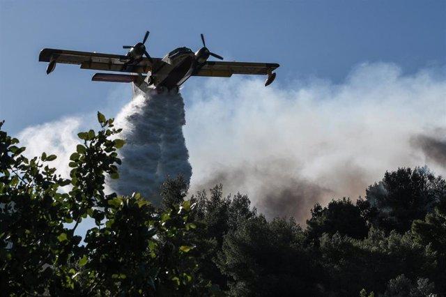 Archivo - Un avión cisterna sofocando un incendio en Grecia